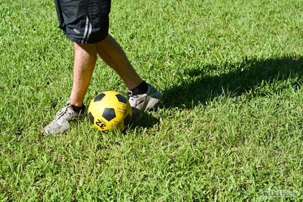 慣用右腳?將左腳為重心腳支撐身體,然後將右腳移到左腳後。慣用左腳的朋友相反練習則可。