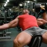 假如健身室只剩啞鈴,怎樣全面地訓練胸肌呢?